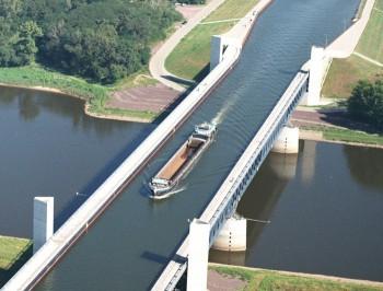 Обалдеть  - Magdeburgskiy-vodnyy-most.jpg